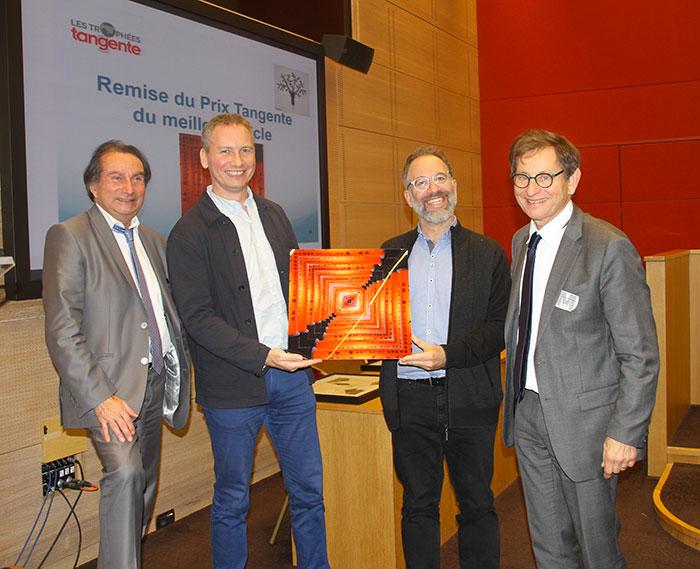 Antoine Rolland (2e en partant de la droite) reçoit le prix du meilleur article Tangente - © Édouard Thomas (magazine Tangente)